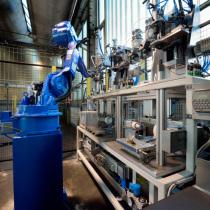 Roboterzelle zum Montieren und Prüfen von Turbokrümmern