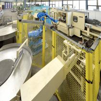 Roboterzelle zum Beschicken einer Bearbeitungsmaschine mit T-Stücken