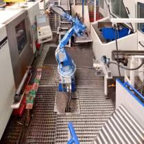 Roboterzelle zur Beschickung einer Drehmaschine und einer Verzahnungsmaschine